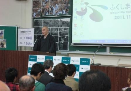 写真・図版 : 開会にあたって講演する玄侑宗久さん=2011年11月11日、福島市の福島大学