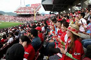 写真・図版 : 大勢のファンで真っ赤に染まった広島のマツダスタジアム=2011年10月