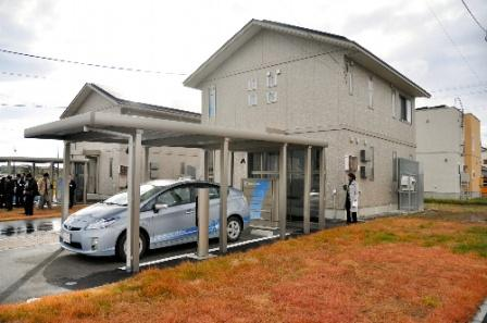 写真・図版 : 住宅やプラグインハイブリッド車で電気を効率的に使う実証実験。トヨタ自動車や日立製作所など4社が参加している=2010年11月、青森県六ケ所村