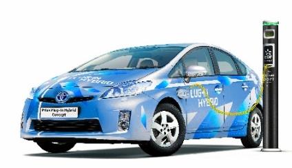 写真・図版 : トヨタ自動車の「プラグイン仕様プリウス」。市販が予定されているモデルとは異なる=同社提供