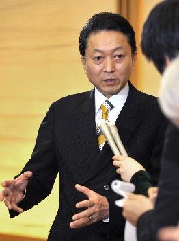 写真・図版 : マニフェスト選挙で政権をとったものの、鳩山由内閣時代から公約の修正が続く=2010年3月2日午後8時1分、首相官邸