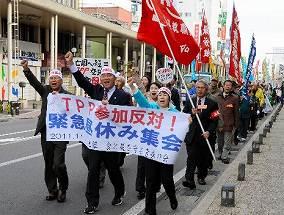 写真・図版 : 「TPP参加反対」と叫びながら行進するデモ参加者=2011年11月、青森市