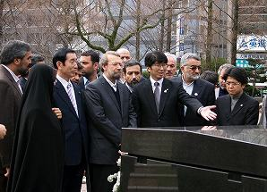 写真・図版 : 長崎の爆心地を訪れたイランのラリジャニ国会議長(中央)=2010年2月