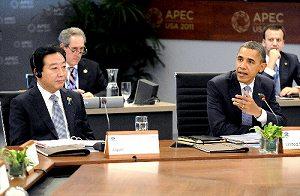 写真・図版 : APEC首脳会議での野田佳彦首相(左)とオバマ米大統領=2011年11月13日、ホノルルで