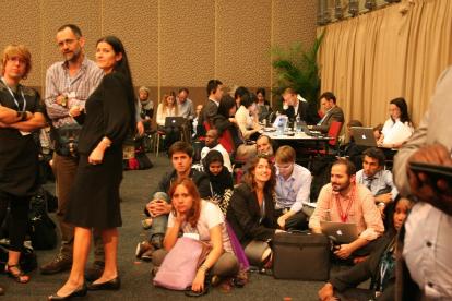 写真・図版 : 「早く決めろ」。会議場に座り込んで成り行きを見守る環境NGO