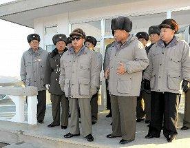 写真・図版 : 軍事訓練を視察した時の金正日総書記(中央)と金正恩氏(右)。視察日は不明(2011年12月13日、朝鮮中央通信の配信)