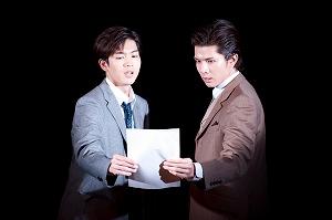 写真・図版 : 「スリル・ミー」 松下洸平(左)と柿澤勇人=撮影・後藤武浩