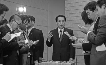 写真・図版 : ぶら下がり会見で記者の質問に答える菅直人首相(当時)=2010年12月8日、首相官邸で、飯塚悟撮影