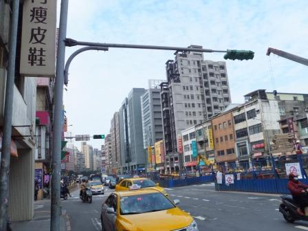 写真・図版 : 経済発展でビルが立ち並ぶ台北市内