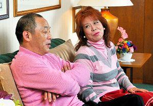 写真・図版 : 監督時代の落合氏と信子夫人=2008年12月、名古屋市中区
