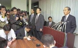 写真・図版 : 村山富市首相に辞表を提出した後、総務庁で記者会見する江藤隆美総務庁長官(当時)=1995年11月13日、東京・霞が関