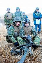 写真・図版 : 訓練を公開した米海兵隊=2012年2月13日、大分・日出生台(ひじゅうだい)演習場