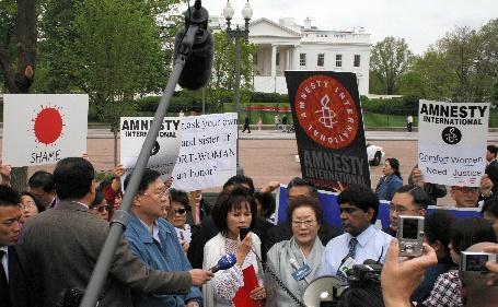 写真・図版 : 安倍晋三首相(当時)に謝罪を求める元「慰安婦」や人権団体のメンバー=2007年4月26日、アメリカ・ホワイトハウス前