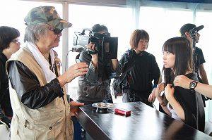 写真・図版 : 『海燕ホテル・ブルー』の撮影で、若松孝二監督(左)と主演の片山瞳