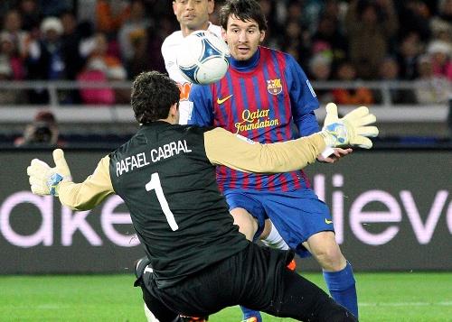 写真・図版 : 有力クラブ、バルセロナの年俸もこのままでは済まないかもしれない。写真はメッシが先制ゴールをあげた2011年のトヨタ・クラブW杯決勝=2011年12月18日、横浜国際総合競技場