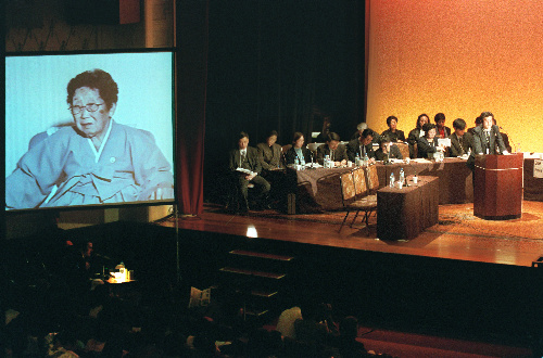 写真・図版 : 朝鮮人元「慰安婦」のビデオ証言を聴く「女性国際戦犯法廷」=2000年12月8日、東京・九段会館