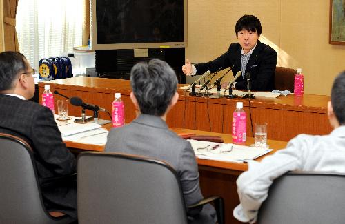 写真・図版 : 大阪市教育委員会との意見交換会に臨む橋下徹市長=2012年1月10日、大阪市役所