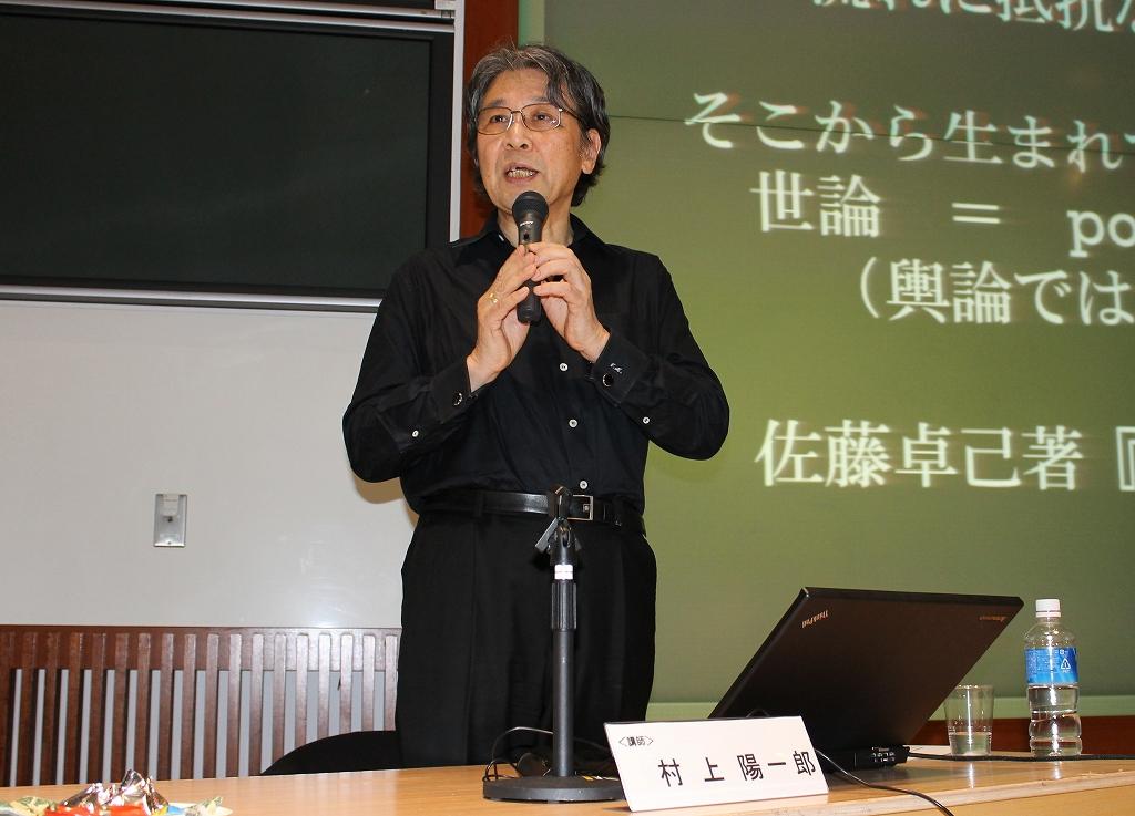 写真・図版 : 古典の果たす役割などについて語る村上陽一郎氏