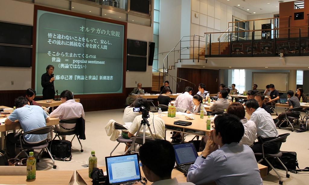 写真・図版 : 村上氏のスピーチを聞く参加者ら