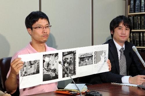 写真・図版 : ニコンに写真展会場の提供を命じる仮処分が出た後、会見する写真家・安世鴻さん(左)=2012年6月22日、東京・霞が関