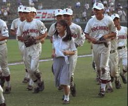 写真・図版 : 1996年、女子マネのベンチ入りが解禁となった。試合後、スタンドへのあいさつを終えて戻る東筑の三井由佳子さん(名字は当時)