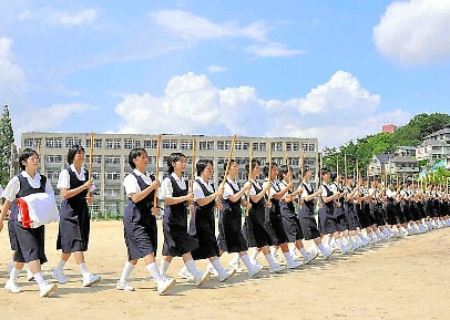 写真・図版 : 大会前に練習をする生徒たち=2009年