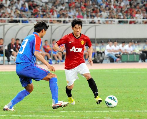 写真・図版 : 名門マンチェスター・ユナイテッドに移籍後、ゴールを決めるなど活躍する香川真司(右)