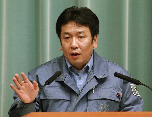 写真・図版 : 記者会見に臨む枝野幸男官房長官=2011年3月18日午後5時10分、首相官邸
