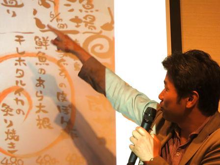 写真・図版 : スクリーンを使って説明する勝川氏