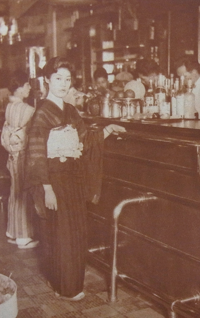 写真・図版 : サロン春の女給・中根夢路(「アサヒグラフ」昭和5年8月20日号)