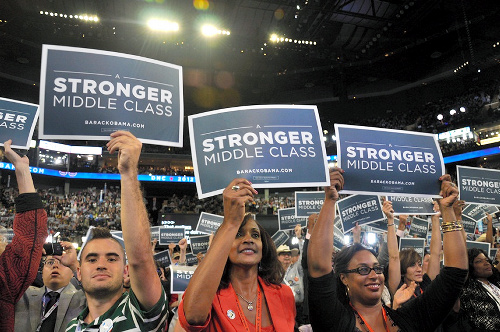 写真・図版 : アメリカの民主党全国大会で「より強い中間層を」というメッセージを掲げる支持者たち=2012年9月7日
