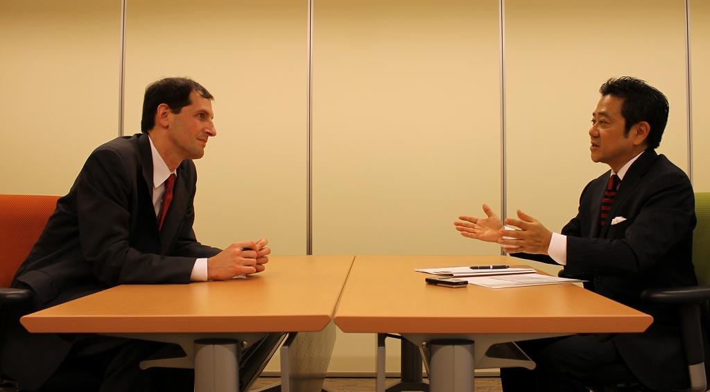 写真・図版 : ダニエル・L・シャピロ ハーバード大学準教授(左)と田村次朗 慶應大学教授