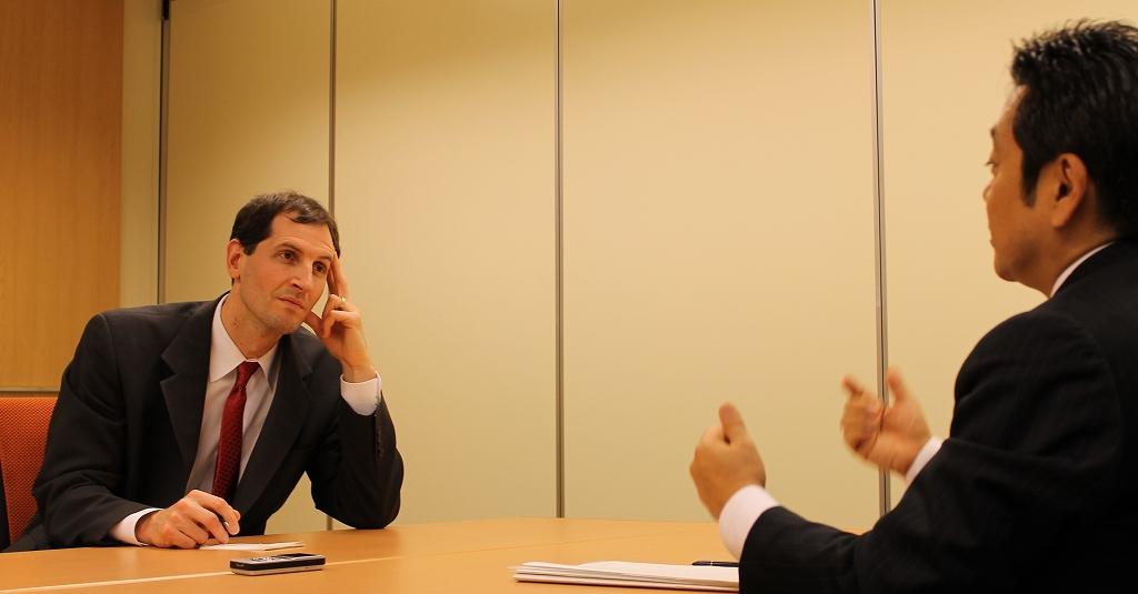 写真・図版 : 「交渉では、どちらの利益にもなる創造的なアイデアを出さなければならない」と語り合う両氏