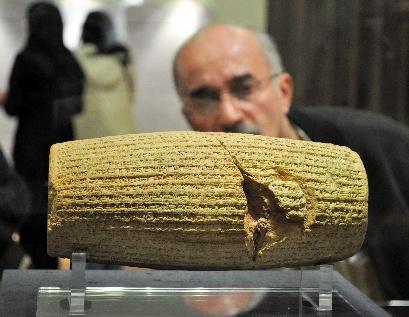 写真・図版 : キュロス大王の教えを刻んだ円筒章=2011年1月、イラン・テヘラン