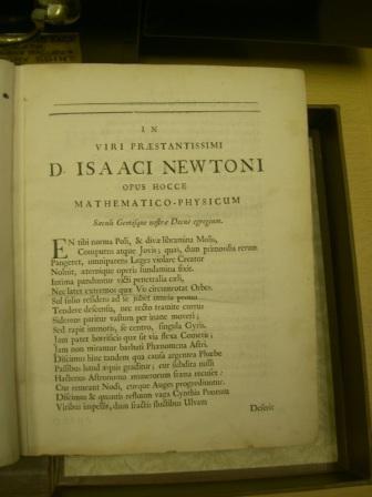 写真・図版 : プリンキピアで著者名が大書されたページ