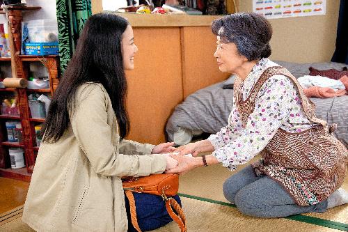 写真・図版 : 『東京家族』から。母(吉行和子、右)は次男の恋人(蒼井優)を気に入り、次男を託す