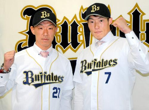 写真・図版 : オリックスのユニホームを着た糸井(右)と八木=2013年1月26日