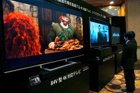 写真・図版 : 1月に米ラスベガスで開かれた世界最大の家電見本市「CES」で東芝が発表した4Kテレビ=長崎潤一郎撮影
