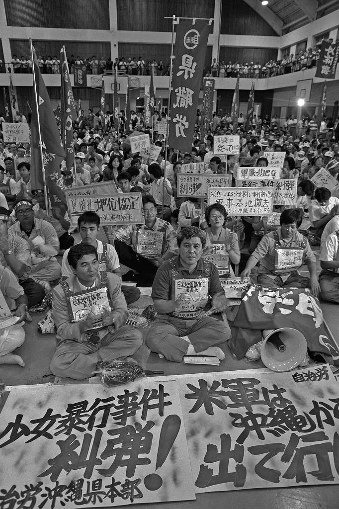 写真・図版 : 米兵の女性暴行事件に抗議して開かれた集会=1995年9月26日、沖縄県宜野湾市の普天間小で、山谷勉撮影