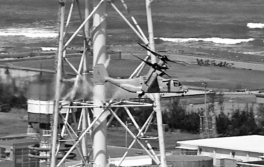 写真・図版 : 転換モードで飛行するオスプレイ=2012年10月1日、沖縄県宜野湾市で、溝脇正撮影(本社ヘリから)