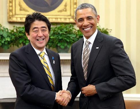 写真・図版 : 日米首脳会談を終え、握手を交わす安倍晋三首相(左)とオバマ大統領=2013年2月22日、ワシントン、樫山晃生撮影