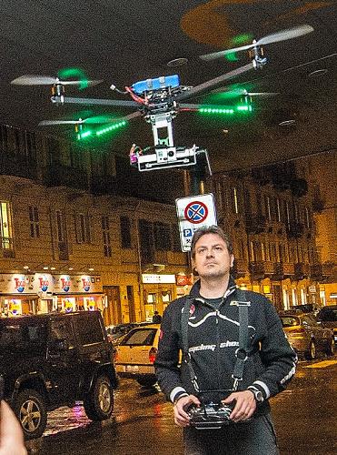 写真・図版 : イタリア北部、トリノ市警が捜査に導入した無人小型ヘリ=スタンパ紙提供