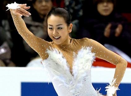 写真・図版 : 女子フリーで演技する浅田真央