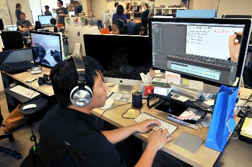 写真・図版 : 「ユダシティー」の事務所。技術者がビデオ講座の編集作業をしている=2012年12月