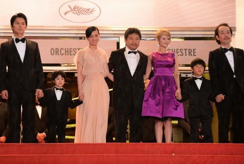 レッドカーペットで並ぶ是枝裕和監督と出演者たち=カンヌ