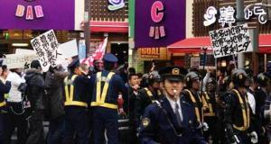 東京・新大久保でのデモ=2013年2月9日(左)と2013年5月20日、ともに筆者撮影