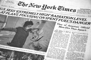 写真・図版 : 紙面2 福島第一原発4号機の使用済み燃料プールに水がない、との米政府発表をトップで伝えた2011年3月17日付ニューヨーク・タイムズ紙面。同紙のウェブサイトには同じ記事が3月16日付で掲載されている