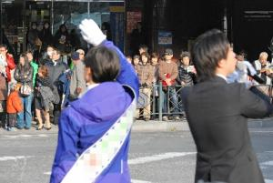 ターミナル駅前で有権者らに手を振る候補者。選挙では今もおなじみの光景だ=2012年12月の衆院総選挙