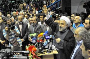 イラン大統領選挙で支持者に手を振って応えるロハニ(ロウハニ)師=2013年6月8日、テヘラン
