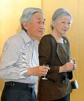 皇后陛下の喜寿を祝う茶会で、乾杯する天皇、皇后両陛下=2013年6月22日、京都御所